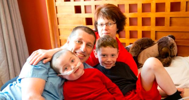 Photo de la famille réunie à la fête des Pères grâce à Westjet